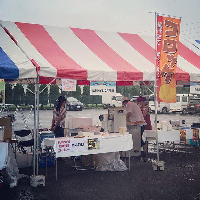 おはようございます本日はあいにくの雨ですが、野崎工業団地にて行われております「大田原クリテリウム」Sunny's が出店しております。本日のメニューはこちら^ ^・cold brew(アイスコーヒー)・自家製レモネード・スモークチキンとパンお店では、この2人がネクタイコーデで皆様をお待ちしております!イベントにもお店にもぜひお越し下さいませ#sunnyscoffee #coffee #holidays #togo #instagood #大田原クリテリウム