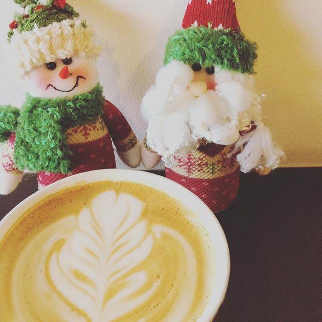 おはようございます今日は朝から寒さが身にしみますね今日から12月、冬も本番を迎えて来ましたね️こんな寒い朝は当店のホットラテを飲んで心から温まってみませんか?️今ならサンタ夫婦がお出迎え🤶ご来店お待ちしております #Sunny's coffee #コーヒー#カフェ#サニーズコーヒー#12月はじまり #身にしみる寒さ#hot latte#サンタ#夫婦#