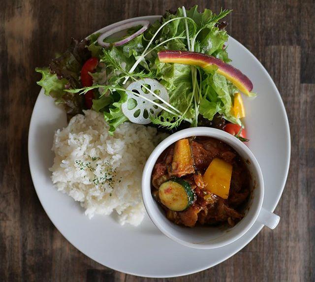こんにちは!1日5食限定!!「牛すじと夏野菜のスパイス煮込み」とろとろになるまで煮込んだ牛すじと、数種類のスパイスがご飯によく合います!・ランチタイム11:30〜14:30・ご来店お待ちしております!・#サニーズコーヒー #サニーズ #ランチ #カフェ #カフェごはん #カレー #スパイス #スパイスカレー #牛すじ #牛すじ煮込み #夏野菜 #夏野菜カレー #大田原市 #sunnyscoffee #coffee