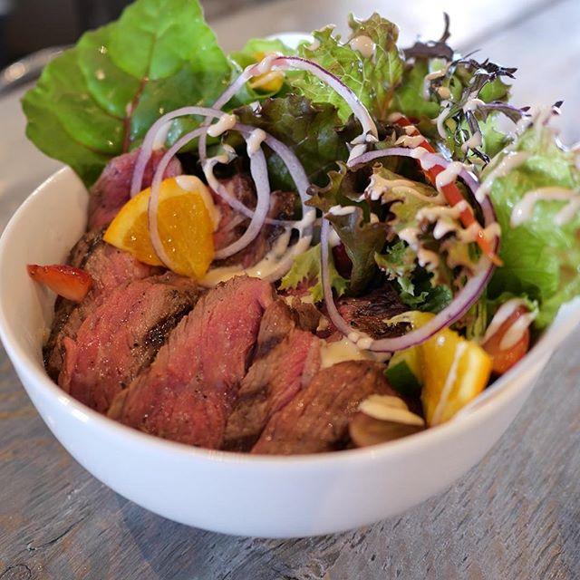こんにちは!ランチに「ステーキサラダボウル」はいかがですか?・ごはんの上に彩り鮮やかな、たっぷりの新鮮野菜と特製ダレを絡めた赤身肉をのせました。・野菜もお肉も食べたい!!という方にオススメです。是非お越しください。・#サニーズコーヒー #サニーズ#ステーキ #赤身肉 #サラダ #丼 #ステーキサラダ #ステーキサラダ丼 #コーヒー #ラテ #ランチ#栃木 #大田原 #sunnyscoffee #coffee